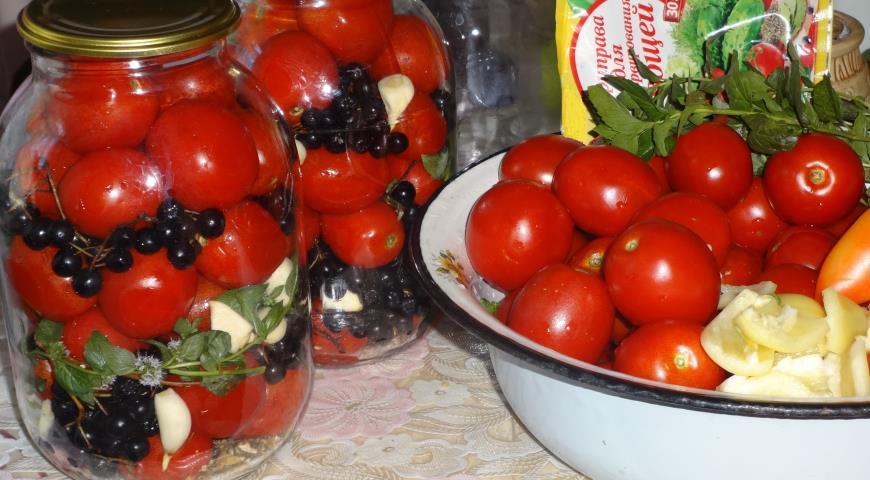 Маринованные помидоры с овощами, черноплодной рябиной и мятой, пошаговый рецепт с фото