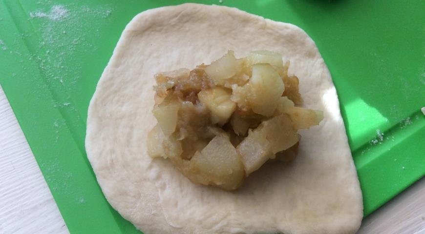 Фото приготовления рецепта: Постные Спасские пирожки с яблоками и грушами, шаг №9