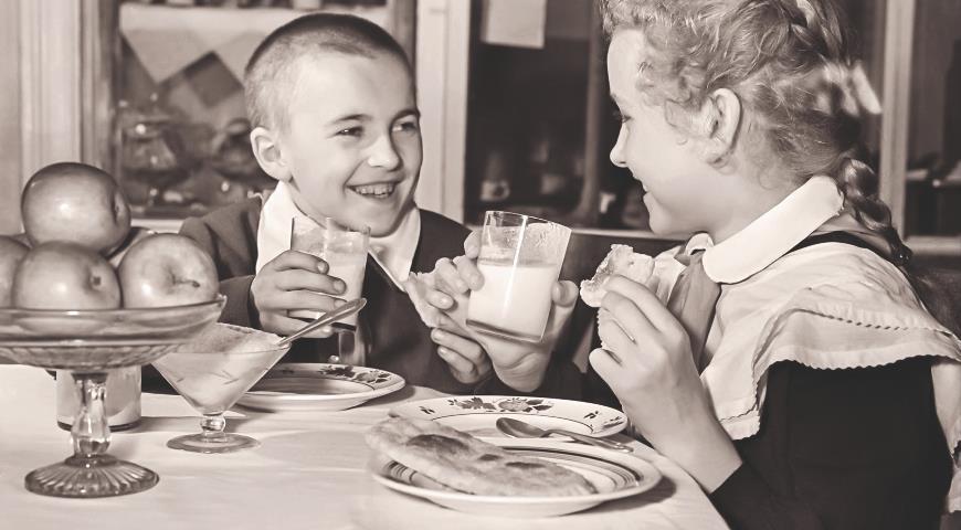 Ученики 4-го класса школы № 248 Катя Глебова и Вася Дивцов в школьном буфете. 1958 г. Фото Н. Максимова. Главархив Москвы