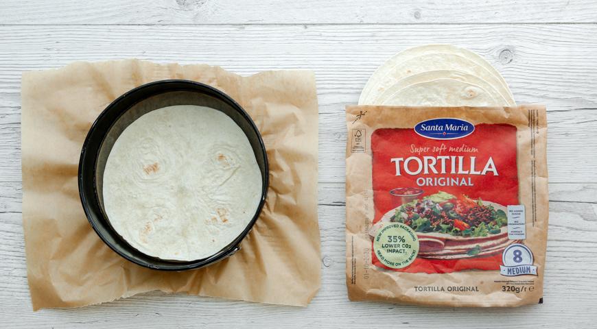 Фото приготовления рецепта: Пицца многослойная на компанию, шаг №1