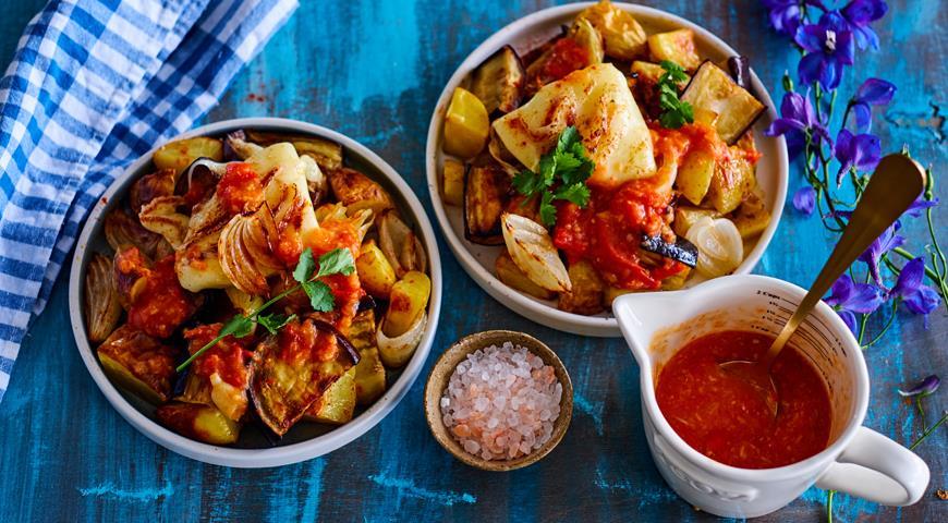 Запеченные баклажаны с картофелем и томатным соусом