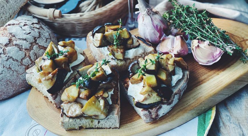 Брускетты с белыми грибами и трюфельным маслом