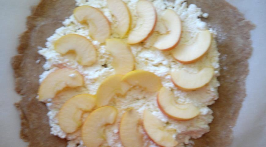 Фото приготовления рецепта: Галета с творогом, яблоками и кизилом, шаг №10