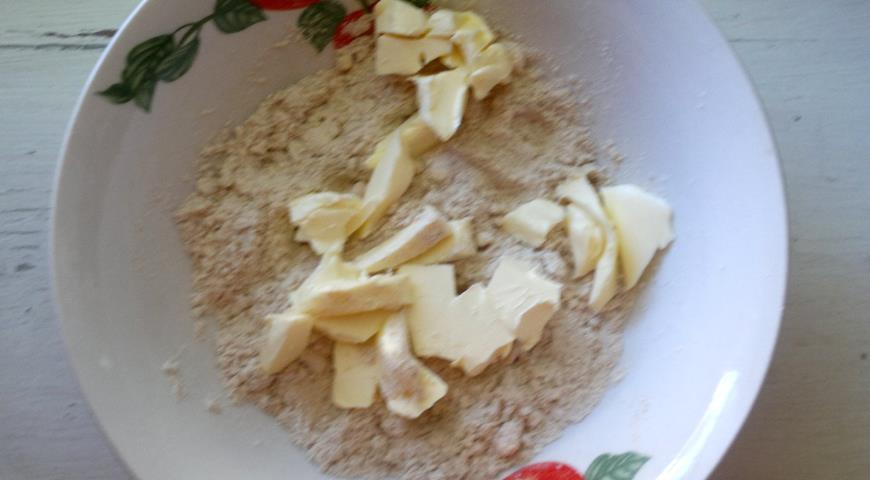 Фото приготовления рецепта: Галета с творогом, яблоками и кизилом, шаг №3