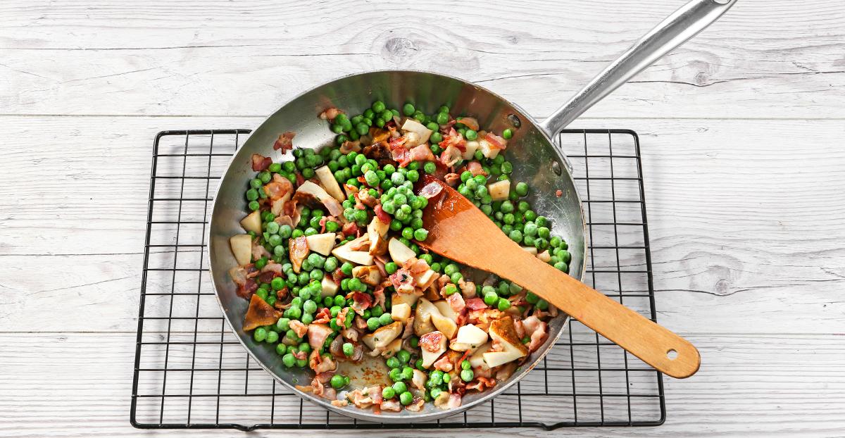Спирали с белыми грибами, беконом и зеленым горошком, пошаговый рецепт с фото