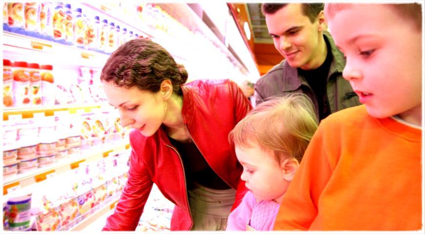 Семья в магазине выбирает полезные йогурты