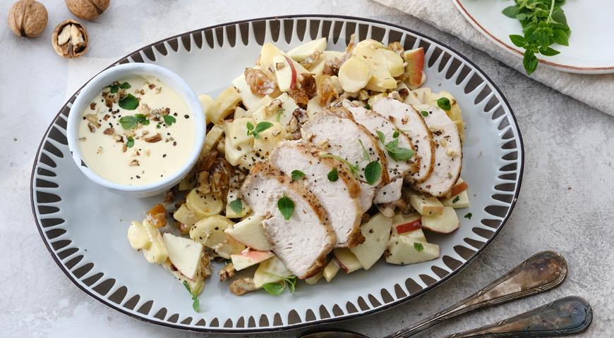 Салат с пастернаком, яблоками и куриной грудкой