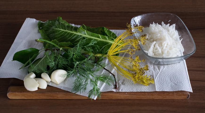 Огурцы соленые холодным способом, вымойте и обсушите зелень
