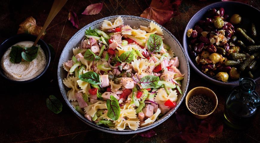 Салат из пасты с курицей и сельдереем