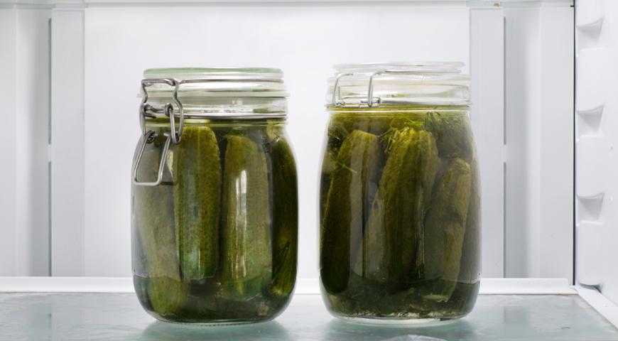 Огурцы соленые холодным способом, поставьте огурцы в холодильник