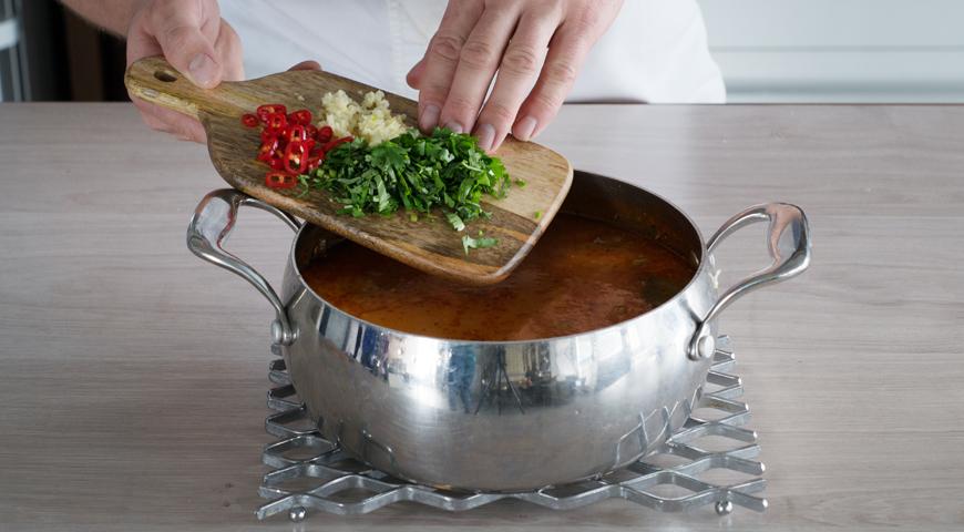 Суп харчо из говядины, добавьте зелень чеснок и перец в суп