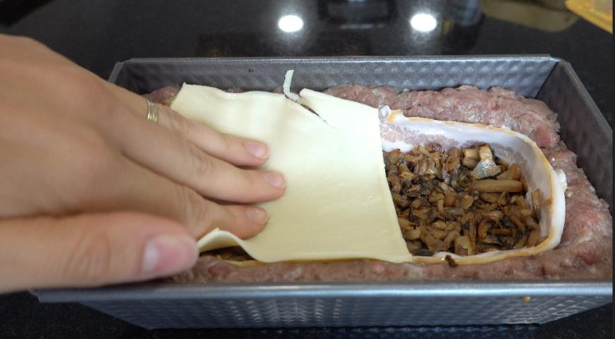 Фото приготовления рецепта: Мясной хлеб с начинкой на праздничный стол, шаг №3