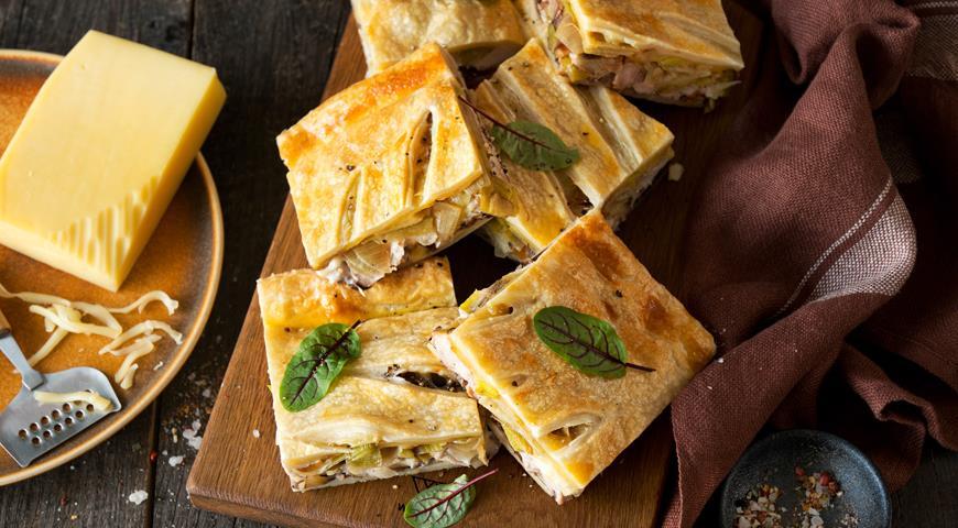 Пирог из слоеного теста с сыром, луком и курицей, пошаговый рецепт с фото