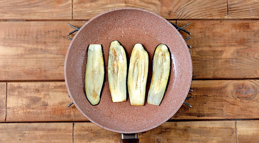 Фото приготовления рецепта: Запеченные рулеты из баклажанов с сыром и томатным соусом, шаг №1