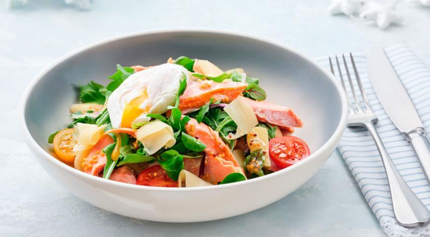 Салат с горбушей и яйцом пашот, пошаговый рецепт с фото