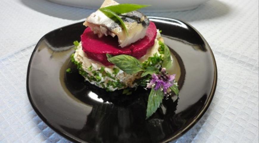 Фото приготовления рецепта: Канапе с сельдью и муссом из свеклы, шаг №4