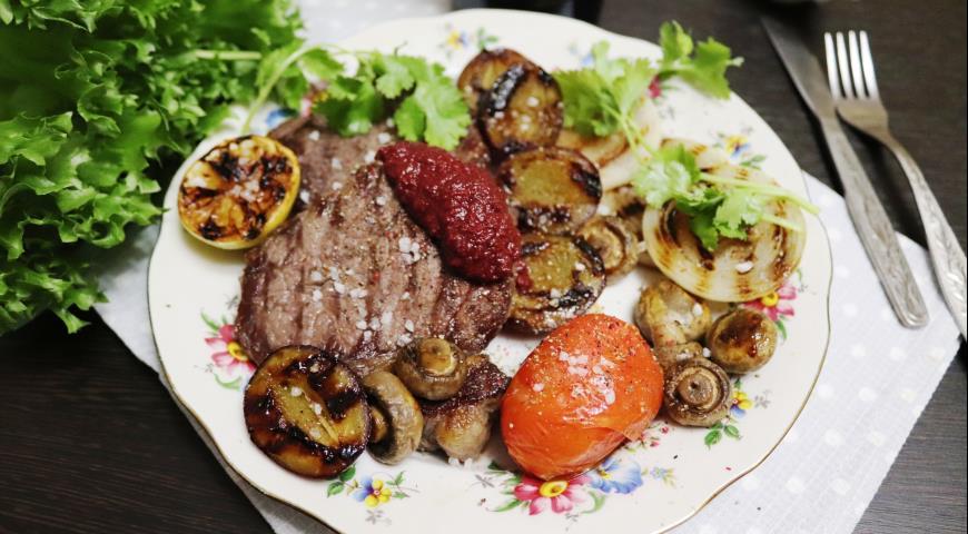 Стейк-гриль из мраморной говядины со сливами, пошаговый рецепт с фото