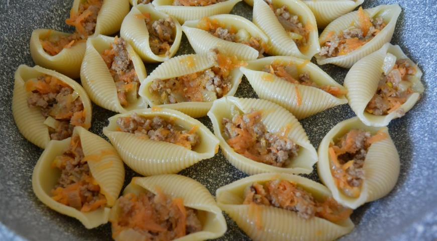 Конкильони, фаршированные морковью, луком и фаршем под сметанным соусом, пошаговый рецепт с фото
