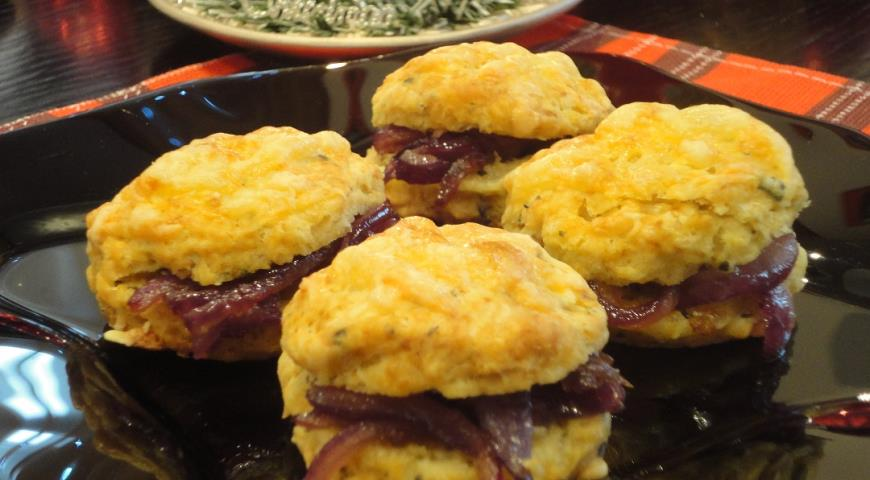 Сырные сконы с бальзамическим луком, пошаговый рецепт с фото