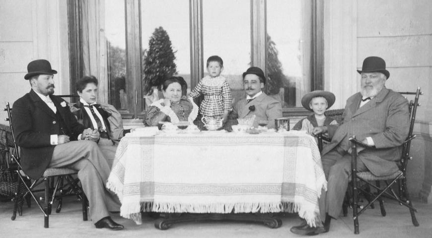 Морозовы В.Е. и Е.Н с гостями во время чаепития. 1880-е гг.