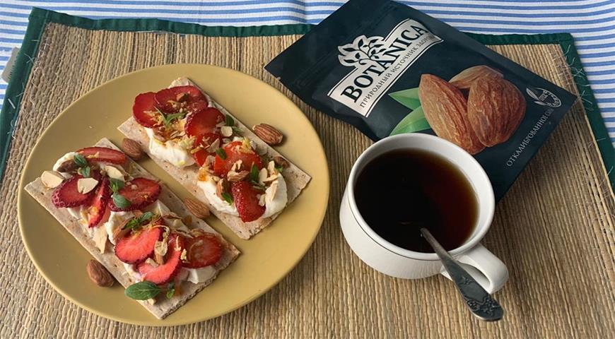Хлебцы со сливочным сыром и клубникой, пошаговый рецепт с фото