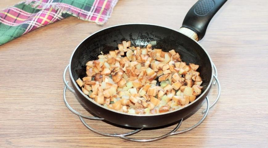 Фото приготовления рецепта: Свинина с грибами в хрустящей корочке, шаг №3