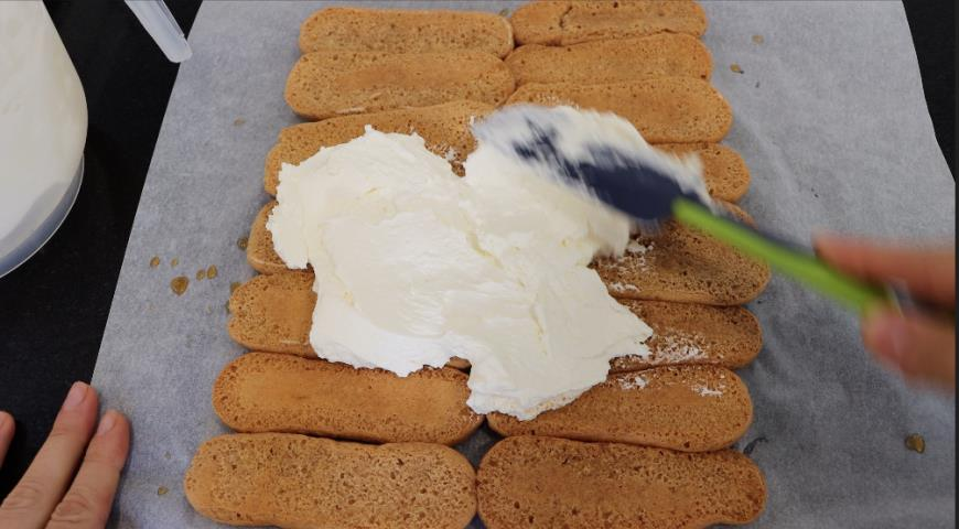 Фото приготовления рецепта: Без яиц и без выпечки! Десерт тирамису без яиц в виде рулета просто и быстро, шаг №2