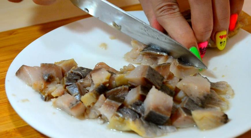 Фото приготовления рецепта: Сельдь под шубой. Быстрый способ приготовления, шаг №4