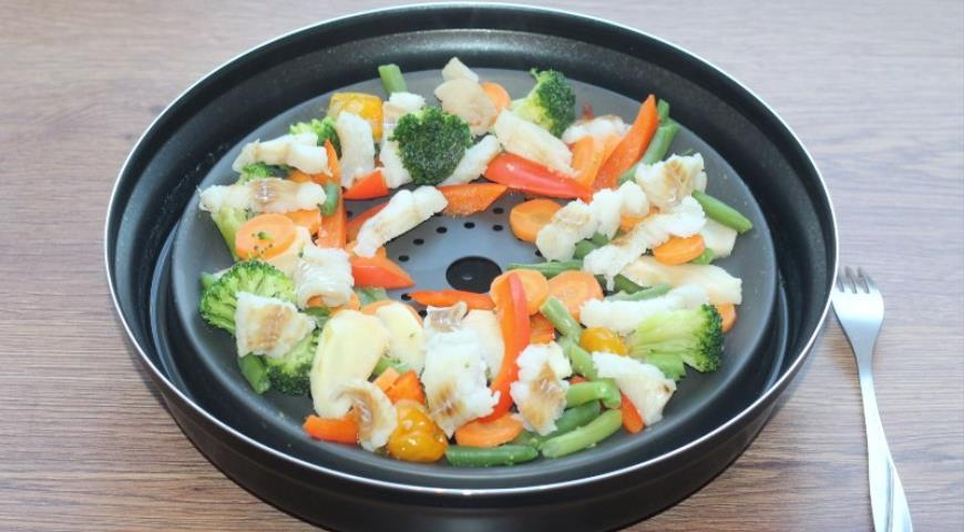 Фото приготовления рецепта: Рыба с овощами, приготовленная на пару, шаг №11