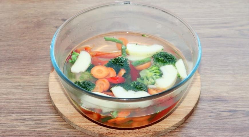 Фото приготовления рецепта: Рыба с овощами, приготовленная на пару, шаг №3