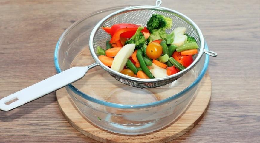 Фото приготовления рецепта: Рыба с овощами, приготовленная на пару, шаг №4
