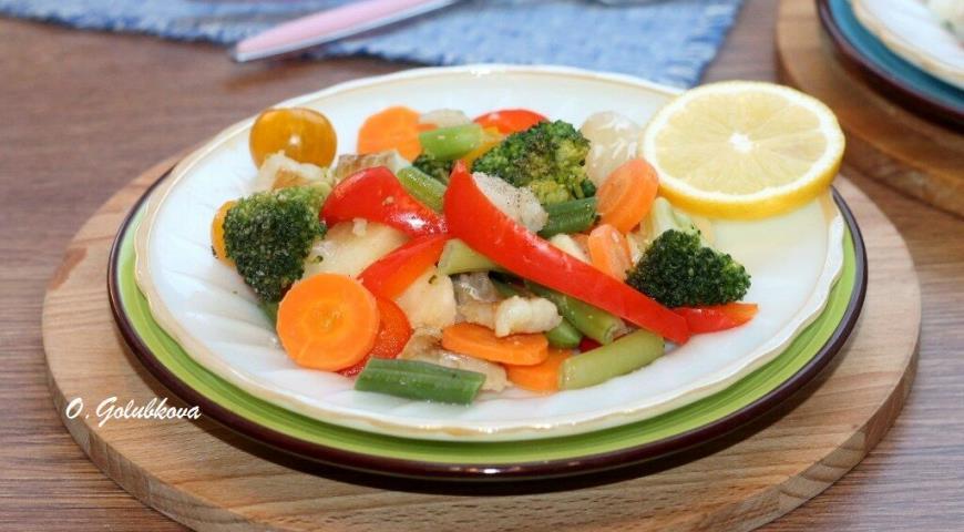 Фото приготовления рецепта: Рыба с овощами, приготовленная на пару, шаг №13