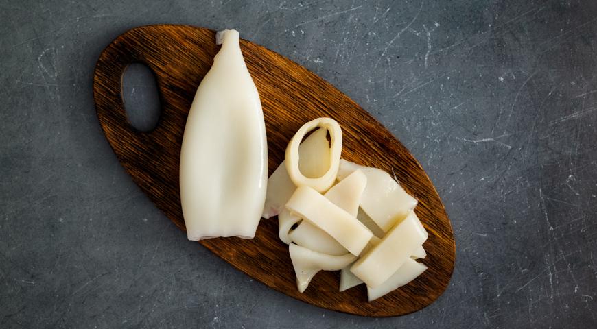 Фото приготовления рецепта: Салат с помидорами и жареным кальмаром, шаг №1