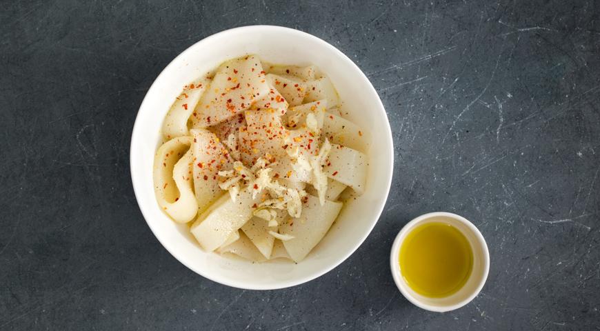 Фото приготовления рецепта: Салат с помидорами и жареным кальмаром, шаг №2