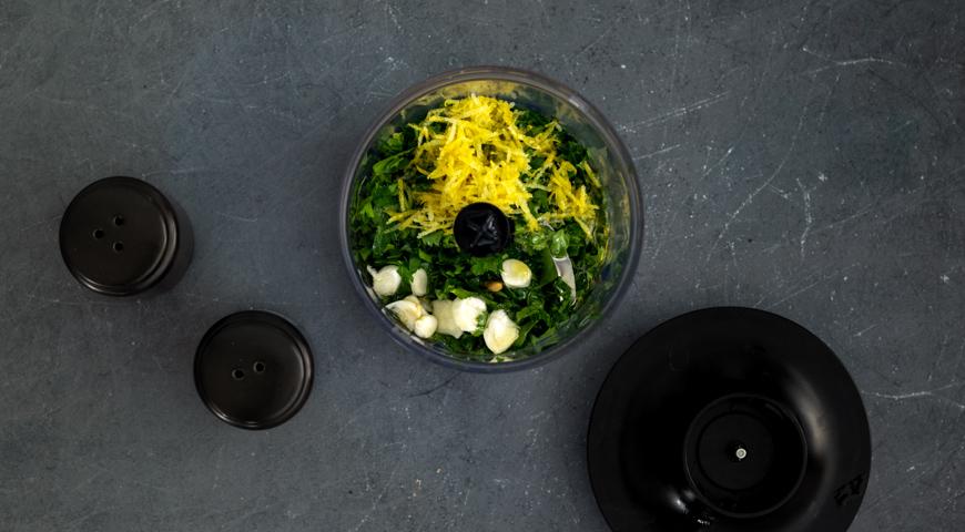 Фото приготовления рецепта: Салат с помидорами и жареным кальмаром, шаг №3
