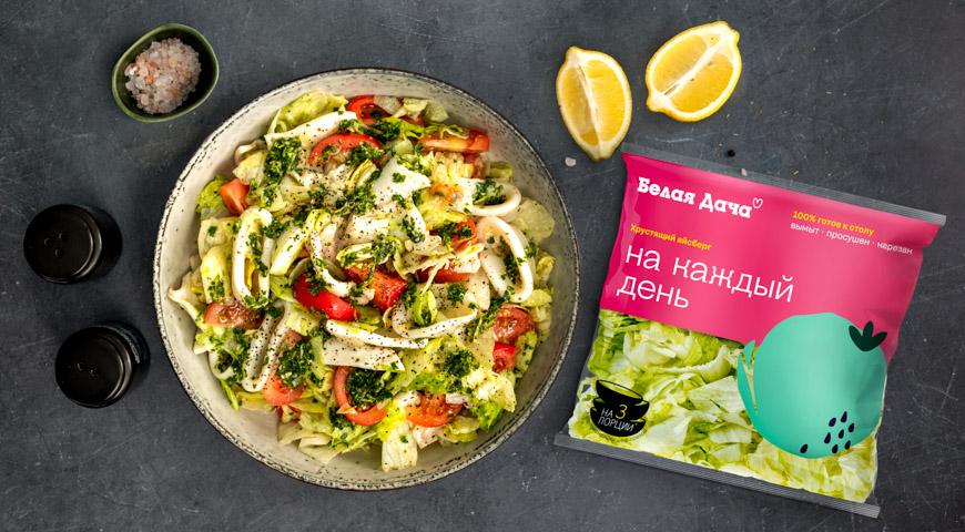 Фото приготовления рецепта: Салат с помидорами и жареным кальмаром, шаг №5