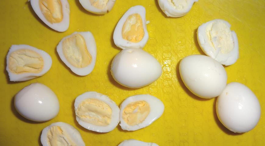 Фото приготовления рецепта: Салат с перепелиными яйцами, шаг №5