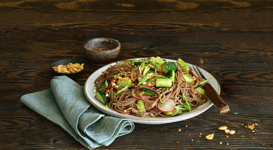 Салат из гречневой лапши с огурцами, редисом, арахисом и соевой заправкой, пошаговый рецепт с фото