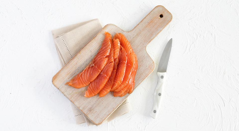 Фото приготовления рецепта: Салат с зерненым творогом, лососем и авокадо, шаг №3