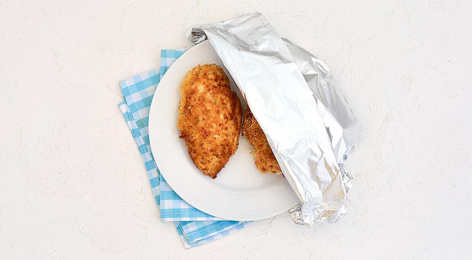 Фото приготовления рецепта: Куриное филе, фаршированное творогом и ветчиной, шаг №7