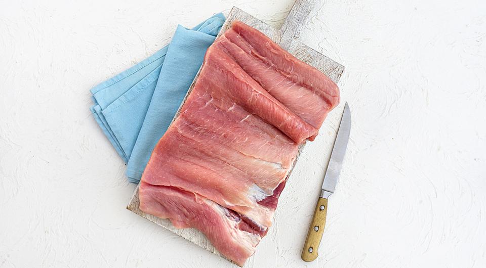 Фото приготовления рецепта: Рулет из свинины с творожной начинкой, шаг №1