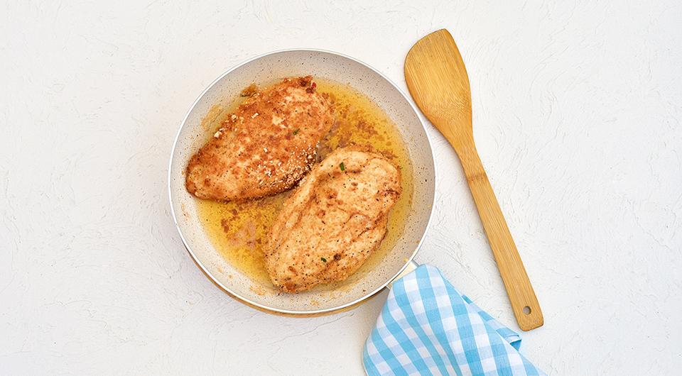 Фото приготовления рецепта: Куриное филе, фаршированное творогом и ветчиной, шаг №6