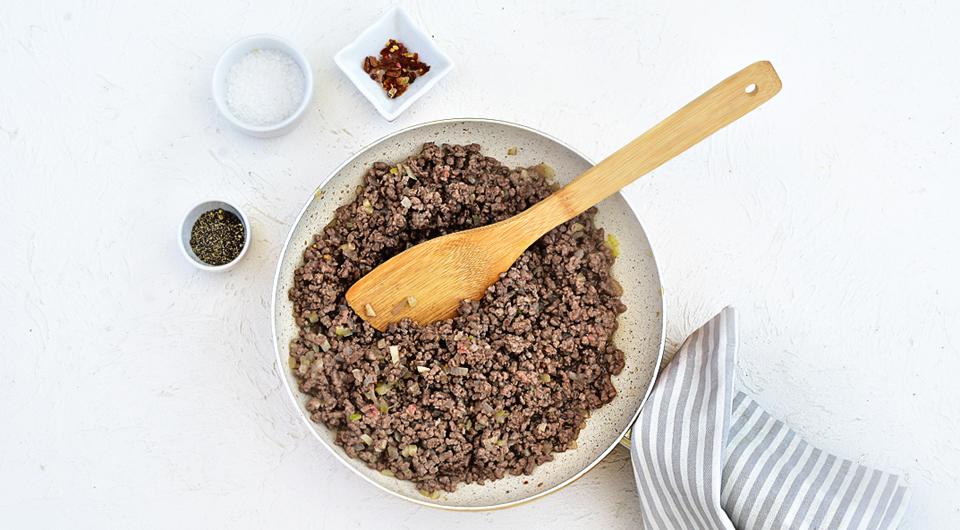 Фото приготовления рецепта: Роллы из цукини с начинкой из мясного фарша с творогом, шаг №3