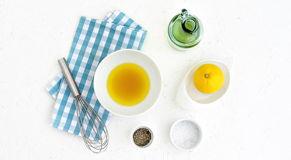 Фото приготовления рецепта: Салат с зерненым творогом, шпинатом, грушами и орехами, шаг №1