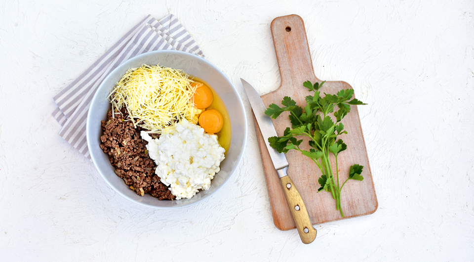 Фото приготовления рецепта: Роллы из цукини с начинкой из мясного фарша с творогом, шаг №4