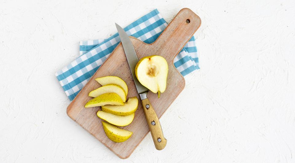 Фото приготовления рецепта: Салат с зерненым творогом, шпинатом, грушами и орехами, шаг №5