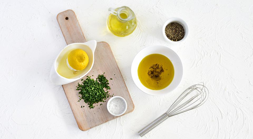 Фото приготовления рецепта: Салат с зерненым творогом, лососем и авокадо, шаг №1