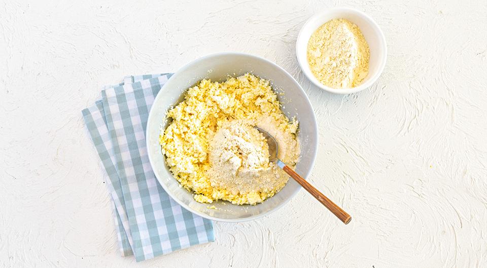 Фото приготовления рецепта: Ньокки творожные с соусом из тушеной телятины, шаг №5