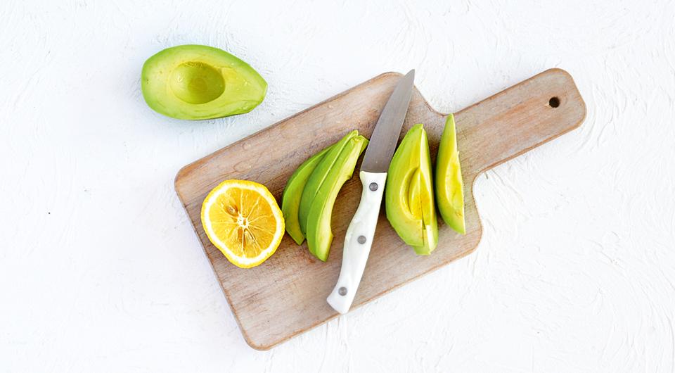 Фото приготовления рецепта: Салат с зерненым творогом, лососем и авокадо, шаг №4