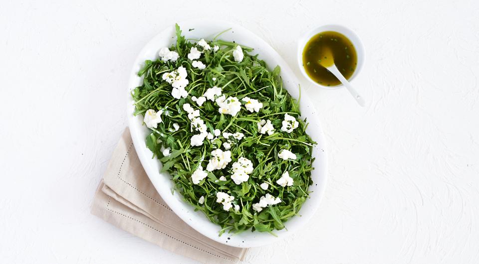 Фото приготовления рецепта: Салат с зерненым творогом, лососем и авокадо, шаг №5